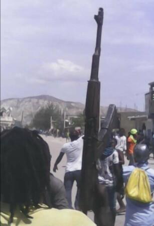 """Gonaïves (Artibonite) : des individus armés repoussent une opération policière de déblayage des rues à """"Raboto"""""""