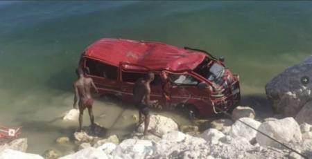 Ganthier (Ouest) : un autobus s'enlise dans le lac Azuei, 6 survivants repêchés et plusieurs personnes portées disparues